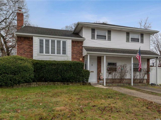 4 BR,  2.00 BTH  Split style home in North Babylon